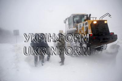На автотрасі Київ-Чоп витягають автомобілі із заметів. ФОТОРЕПОРТАЖ