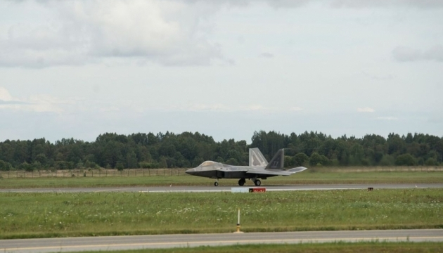 НАТО размещает в Европе новейшие истребители F-22 Raptor