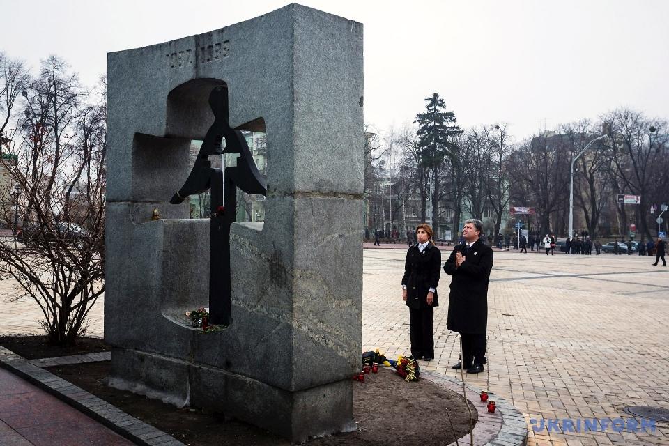 Президент із дружиною вшанували пам'ять жертв Голодомору-геноциду 1932-1933 років / Фото: Михайло Палінчак. Укрінформ