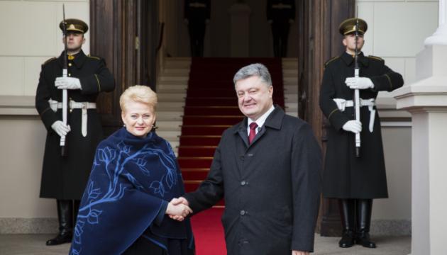 Порошенко привітав Грибаускайте з Днем відновлення Литви