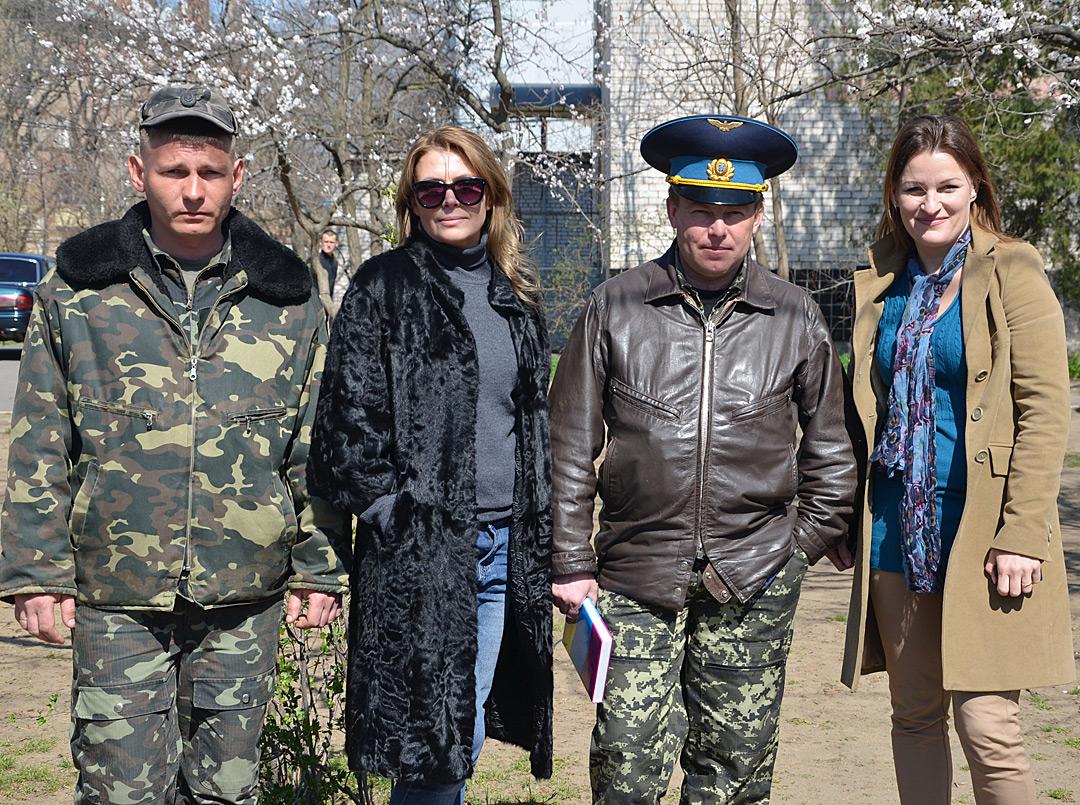 Гелена Мурлян (справа) поруч із командиром 204-ї бригади тактичної авіації імені Олександра Покришкіна, яка базувалася у Бельбеку під Севастополем, Юлієм Мамчуром