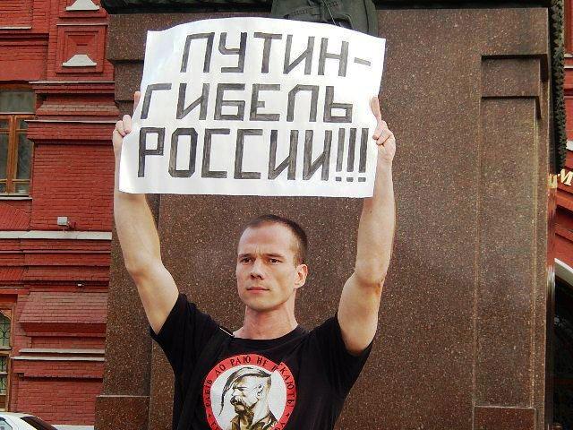 Ильдар Дадин на Манежной площади у памятника Жукову.