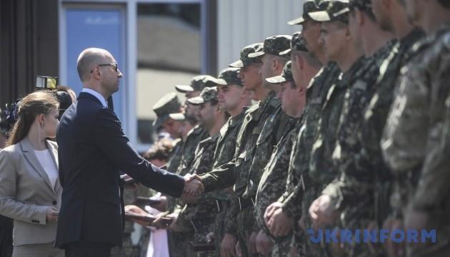Українська армія налічує 140 тисяч контрактників – Яценюк