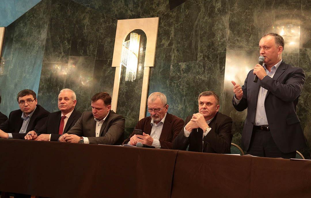 Гражданский форум оппозиции - Ренато Усатый (первый слева), Андрей Нэстасе (третий слева) и Игорь Додон (первый справа)