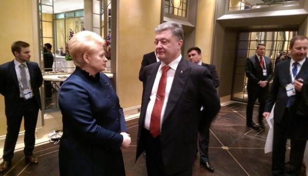 Порошенко розповів президенту Литви про ситуацію на Донбасі