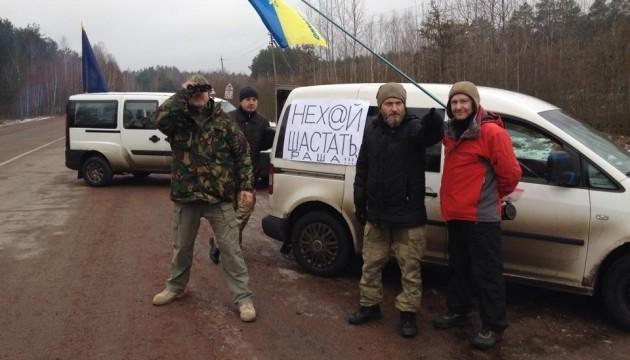 На Житомирщине активисты блокируют российские фуры из Беларуси