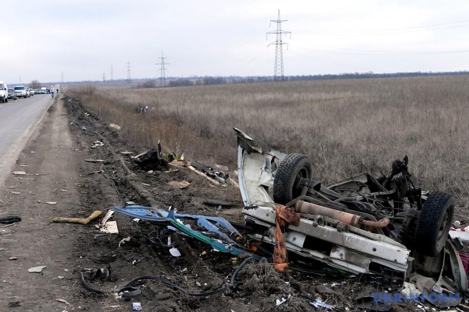 Під Мар'їнкою на вибухівці підірвався мікроавтобус / Фото: Юлій Зозуля. Укрінформ