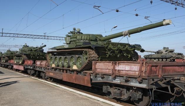 Путин продолжает войну:  Россия нагнала в Донецк 30 платформ с танками и САУ