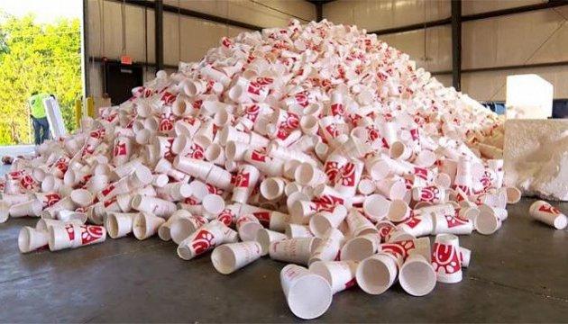 У США використані стаканчики перетворюють на лавки