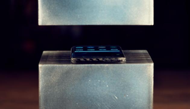 Samsung Galaxy S7 Edge зустрівся з гідравлічним пресом