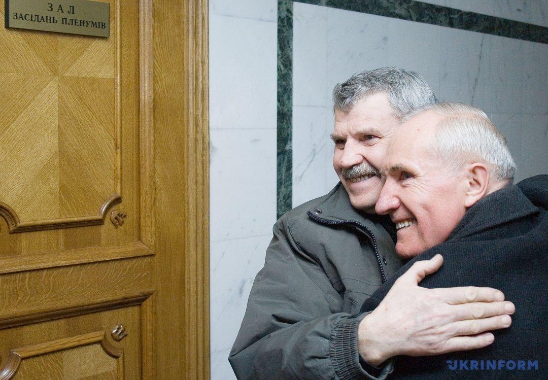 Валерій Кравченко вітає Віктора Куксу з рішенням суду про реабілітацію. Фото: Дмитро Ларін, Укрінформ