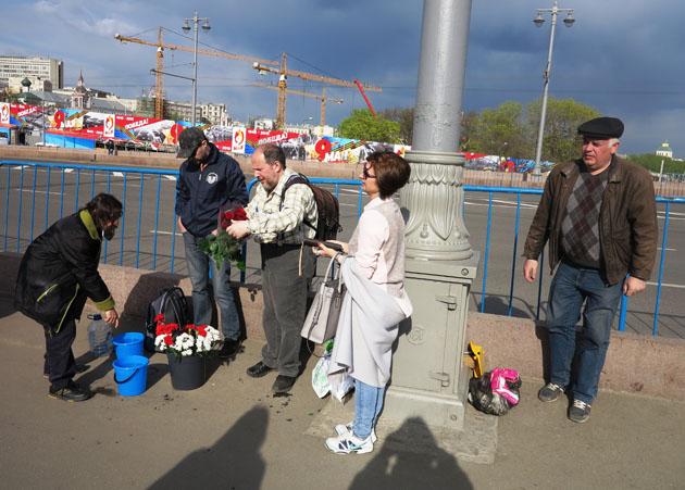 Волонтеры у народного мемориала на Немцовом мосту, Москва. 01.05.2016