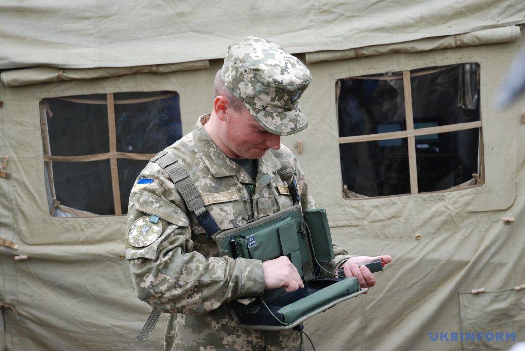 Підполковник Микола Масесов демонструє «чарівну кнопку», яка рятуватиме солдатські життя.