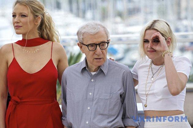 Режисер Вуді Аллен позує з актрисами Крістен Стюарт (праворуч) і Блейк Лайвлі / Фото: Укрінформ