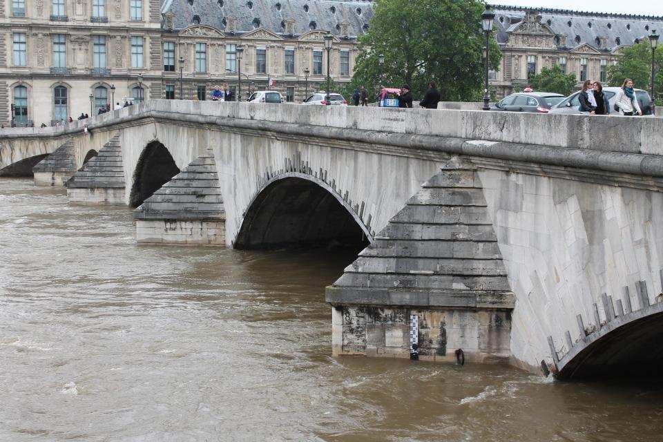 Встолице франции уровень воды вСене пошел наспад