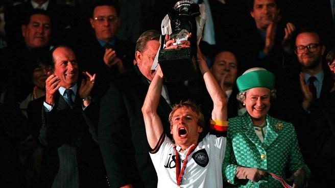 Юрген Клінсманн з Кубком Анрі Делоне після перемоги збірної Німеччини над чехами у фінальному поєдинку. Фото: Getty Images