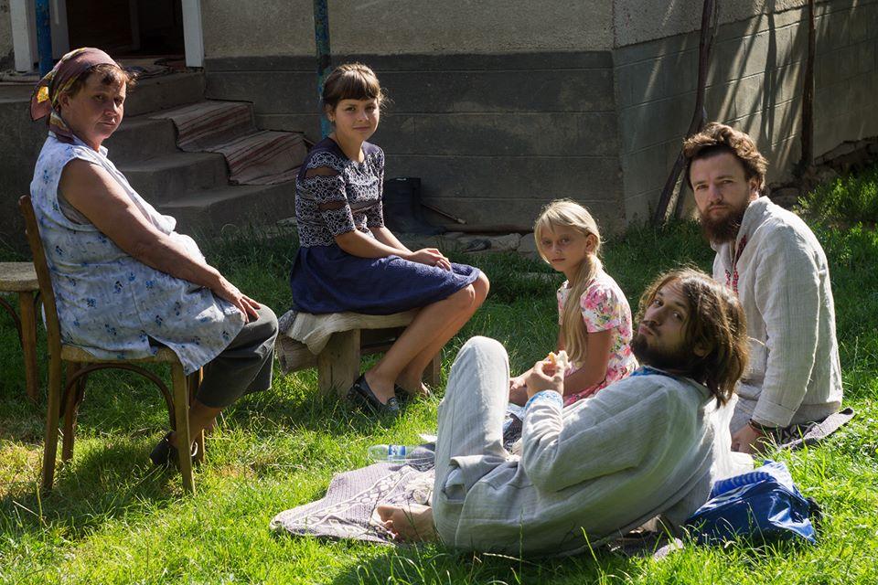 Хлопці снідають у Верхньому Солотвині в будинку тітки Галі