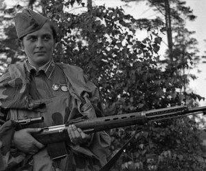 Огонь по украинской девушке-снайперу ведут до сих пор