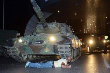 Анкара даст медали активистам, голыми руками останавливавшим танки в ночь мятежа