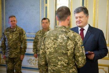 Порошенко наградил более 50 спецназовцев