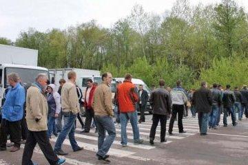 Протест шахтеров: машины на львовской трассе пустили в объезд