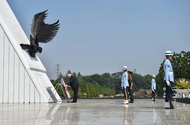 Порошенко вшанував пам'ять національних героїв Індонезії