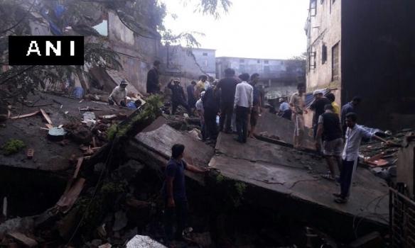 Назападе Индии под завалами обрушившегося здания оказались люди