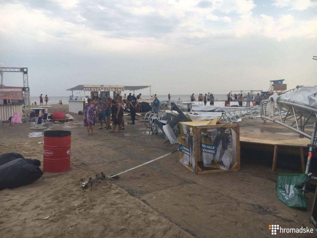 Нафестивале под Одессой из-за шторма обвалилась сцена