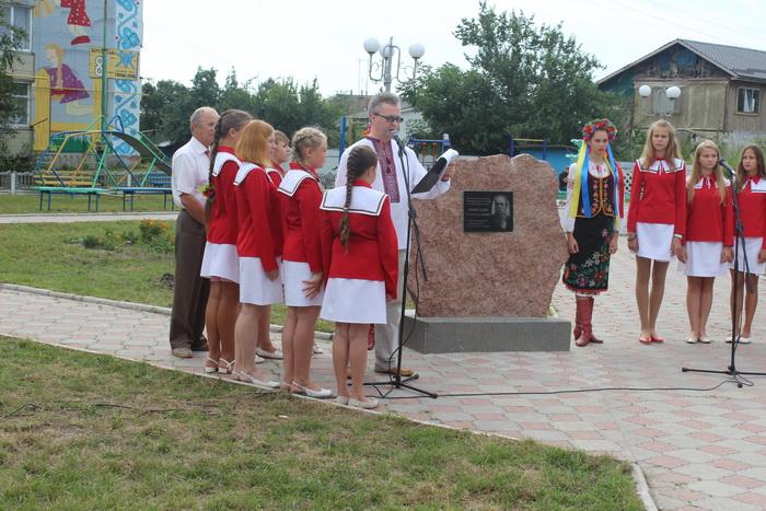 """У Ніжині відкрили пам'ятний знак автору """"Молитви за Україну"""""""