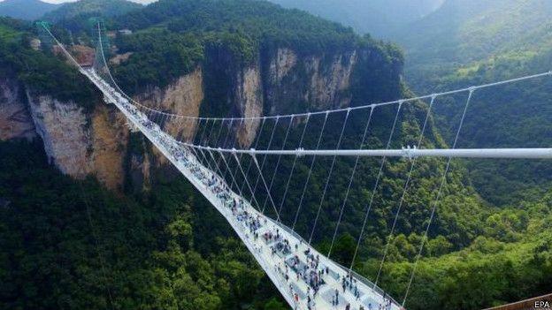 У Китаї відкрили найдовший скляний міст між скелями