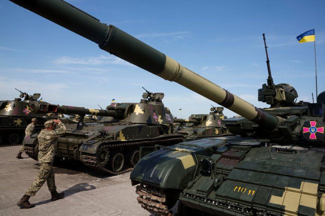 Президент передав армії 141 одиницю техніки