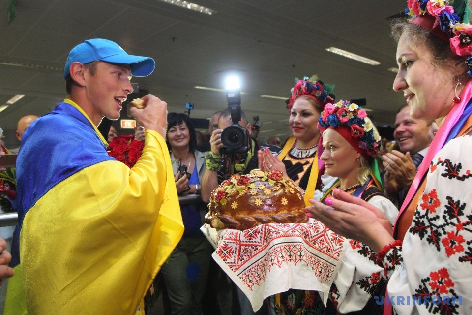Українські каноїсти-тріумфатори Олімпійських ігор повернулися додому