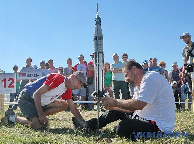 Модель ракети команди Сербії готують до запуску