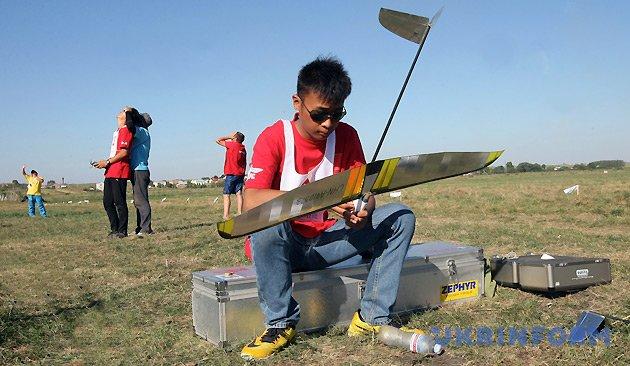 Спортсмен китайської команди готує планер до змагань