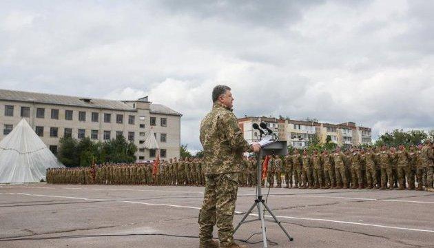 Подвиги десантників на Донбасі закарбовані в історії - Порошенко