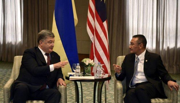 Порошенко запросив до Києва міністра оборони Малайзії