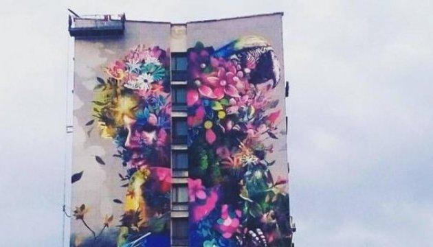 Художник із Маямі намалював квітучий мурал у Києві