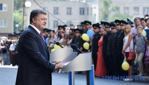 Президент поедет на линию фронта - поздравить бойцов АТО