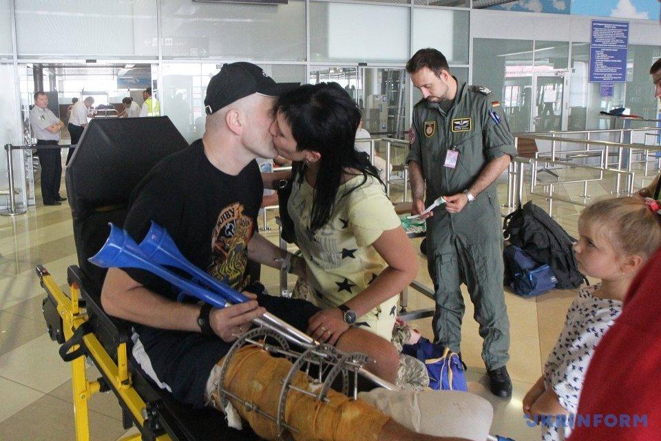 """В аеропорту """"Бориспіль"""" групу поранених бійців АТО провели на лікування до Німеччини / Фото: Павло Багмут, Укрінформ"""
