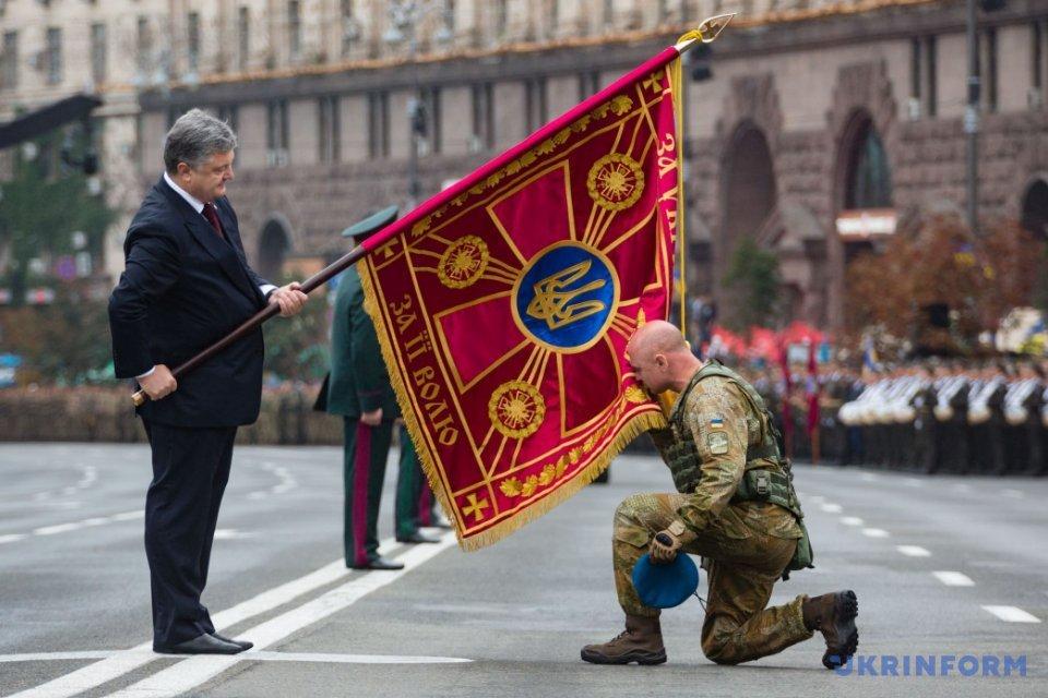 Президент України Петро Порошенко вручив бойові прапори командирам 18 військових частин / Фото: Укрінформ