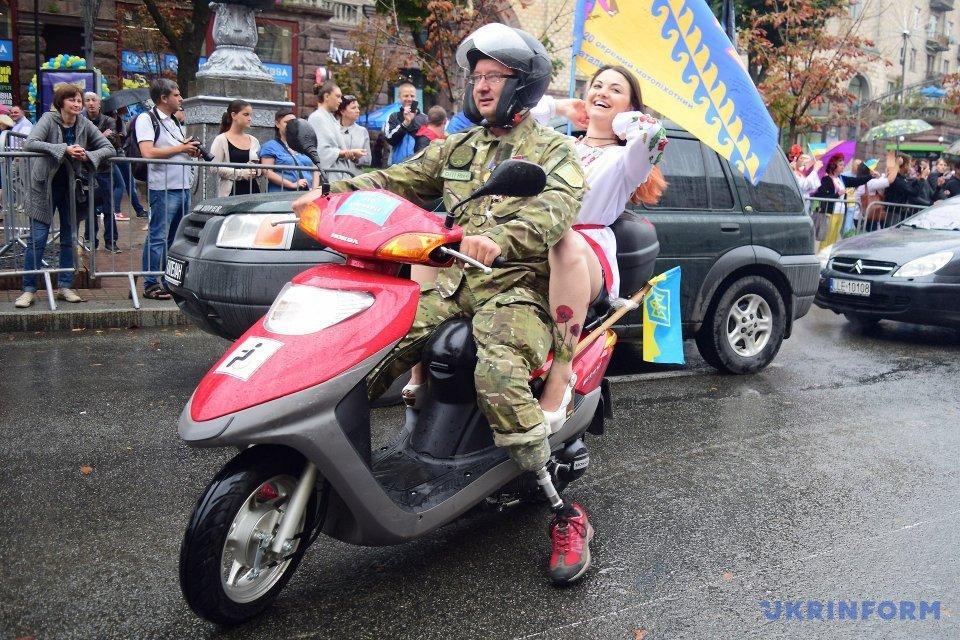 Учасник АТО з протезами обох ніг приєднався до Ходи нескорених / Фото: Юлія Овсяннікова, Укрінформ.