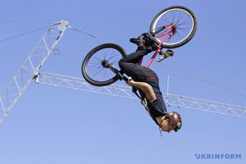 У столиці провели фестиваль для шанувальників стрибків у воду на велосипедах/ Фото: Ковпак Артем, Укрінформ