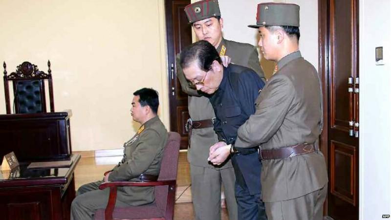 На фото - Чан Сон Тхек - дядько лідера КНДР Кім Чен Ина, якого ведуть на страту
