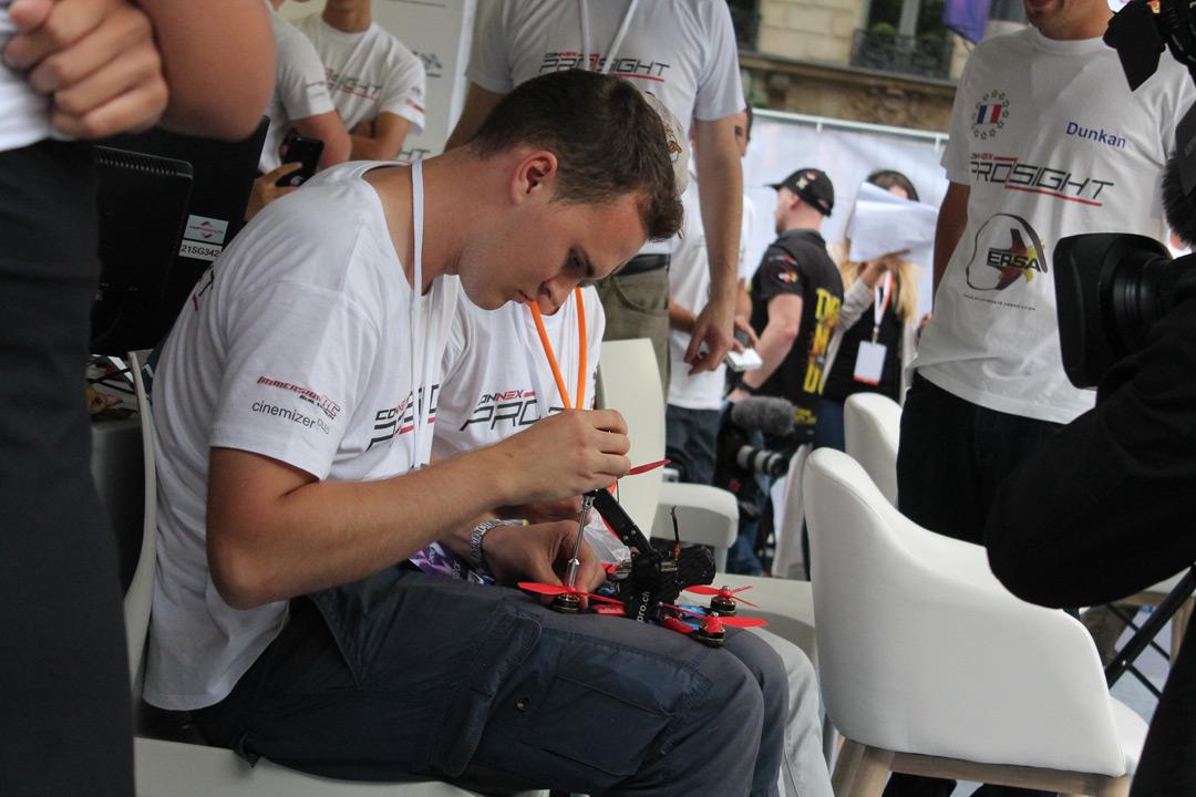 Учасник французької команди ремонтує безпілотник на Paris Drone Festival