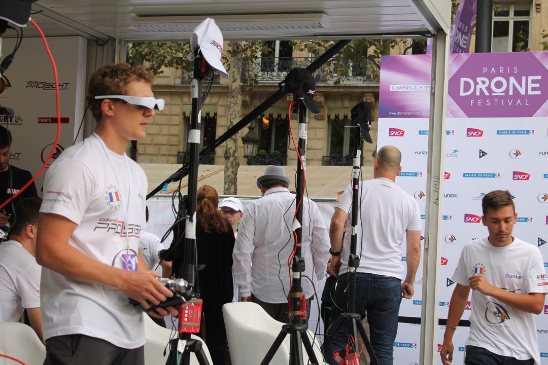 Французский пилот управляет беспилотником Paris Drone Festival
