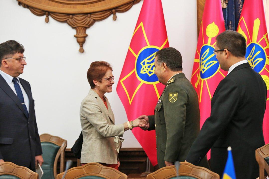 Посол США пообещала главе Минобороны Украины продление курса сотрудничества