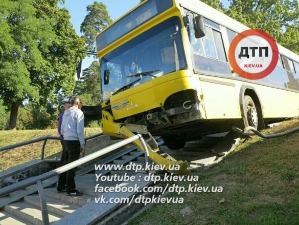 Автобус спассажирами вылетел с дороги наступени вКиеве