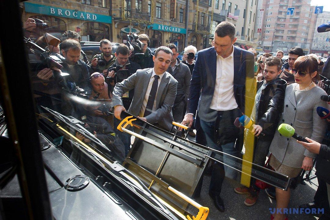 Сергей Майзель (слева) демонстрирует Виталию Кличко специальное внешнее крепление для транспортировки велосипедов