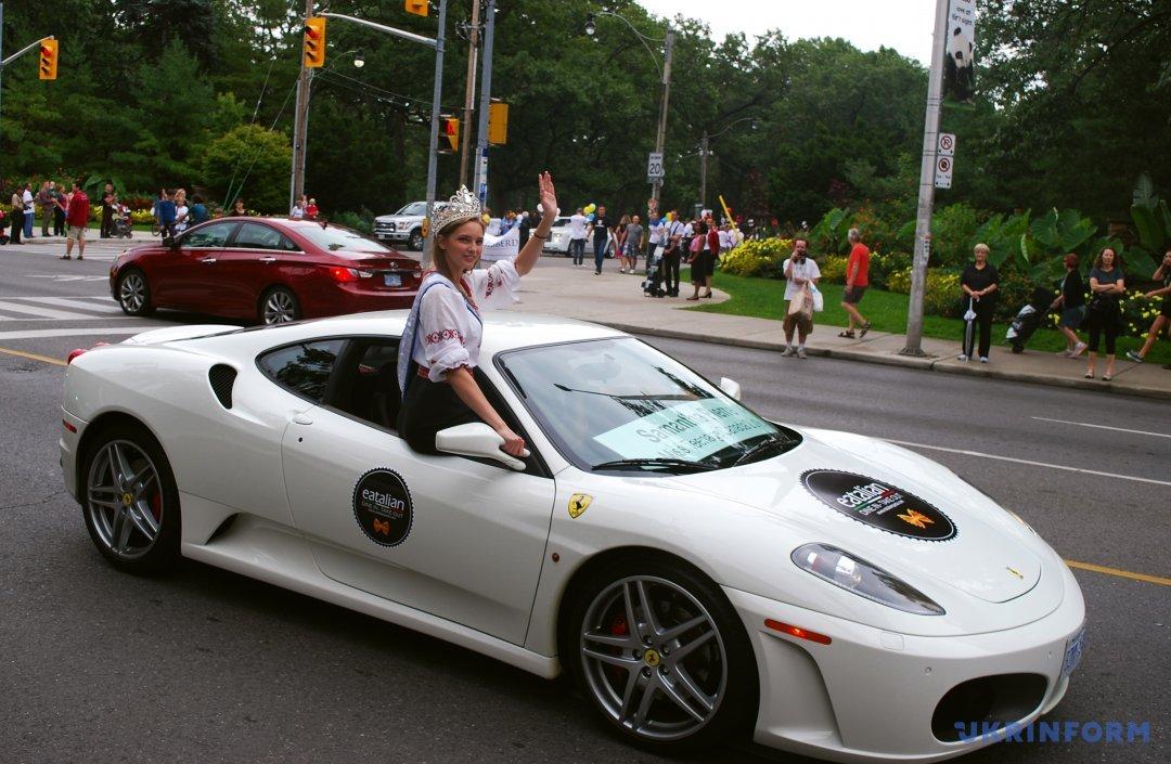 Міс Тінейджер Канада-2016 Саманта П'єр проїжджає на елітному суперкарі вулицею міста