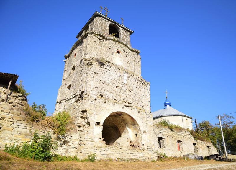 В'їзна брама Свято-Троїцького монастиря, смт Сатанів, Хмельницька область, 16 вересня 2016 року.